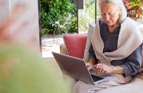Une grand-mère avec une tablette