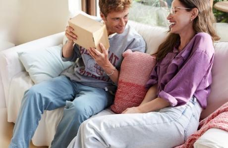 Un couple à son domicile ouvre un colis