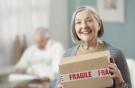 Femme âgée avec un colis fragile