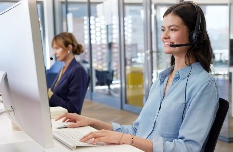 Une femme avec son téléphone portable